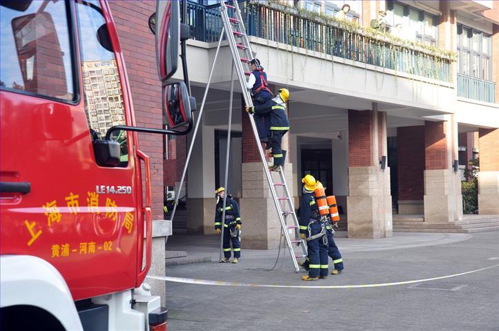 """格致中学""""珍爱生命,平安和谐""""119消防安全疏散逃生演练圆满成功"""