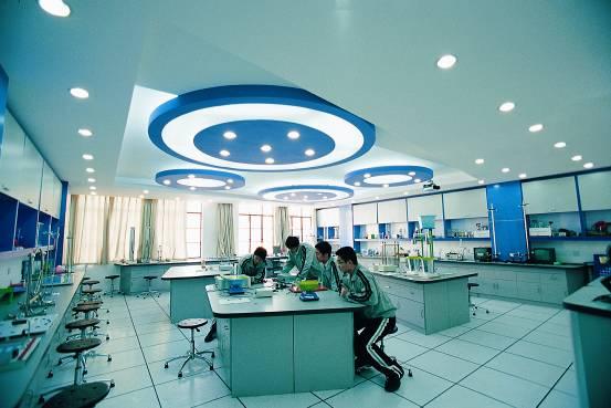学校设有物理,化学,生物实验室,生物培养实验室,语音室,电教室,电子